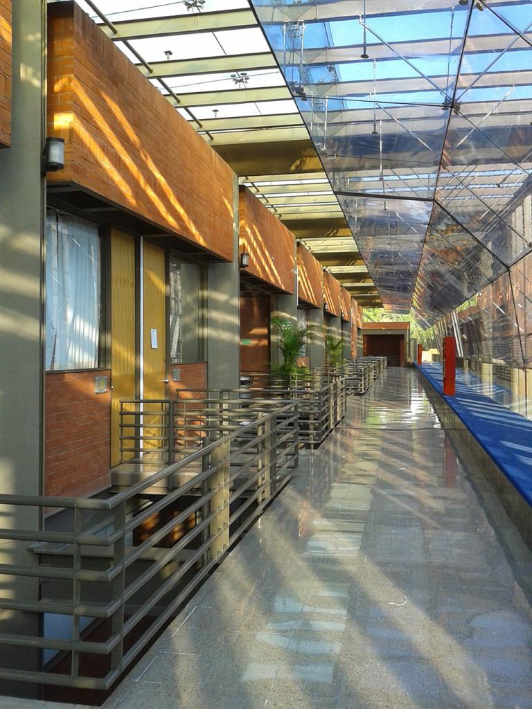 Actualmente existen más de cinco espacios universitarios en los que se imparte la licenciatura en restauración. Interior de la ENCRyM-INAH. Espacio de aulas.