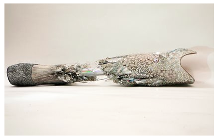 Imagen 9. Protesis cubierta con cristales Swarovski creada por Sophie de Olivera Barata para Viktoria Modesta